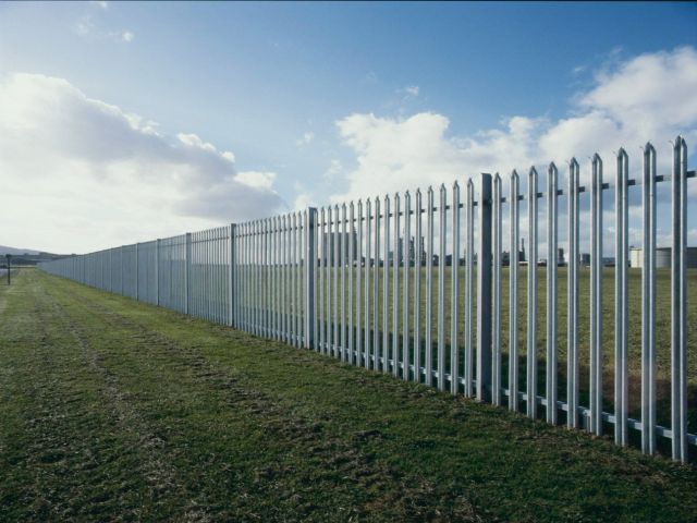 Secure and strong palisade fencing